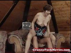 Alte Rentnerin beim hardcore Sex