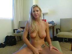 Blondine mit dicken Brüsten